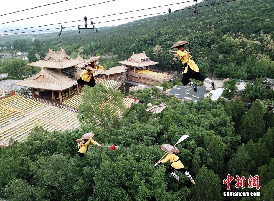 少林小子秀功夫 80米高空吊钢丝绳过招! - 周公乐 - xinhua8848 的博客