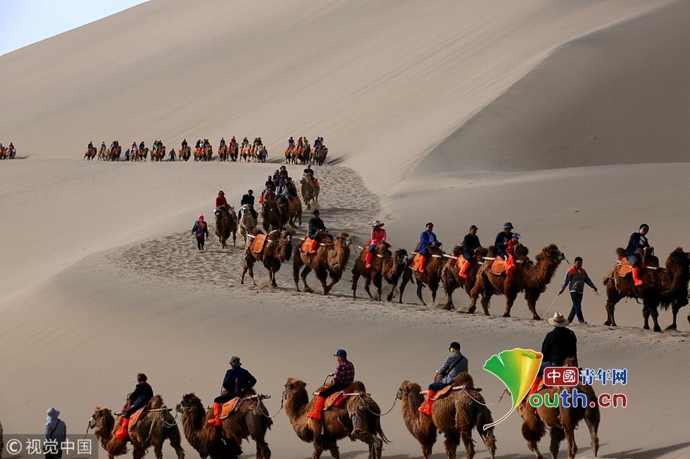 敦煌月牙泉迎旅游高峰 沙漠现驼队长龙 ! - 周公乐 - xinhua8848 的博客