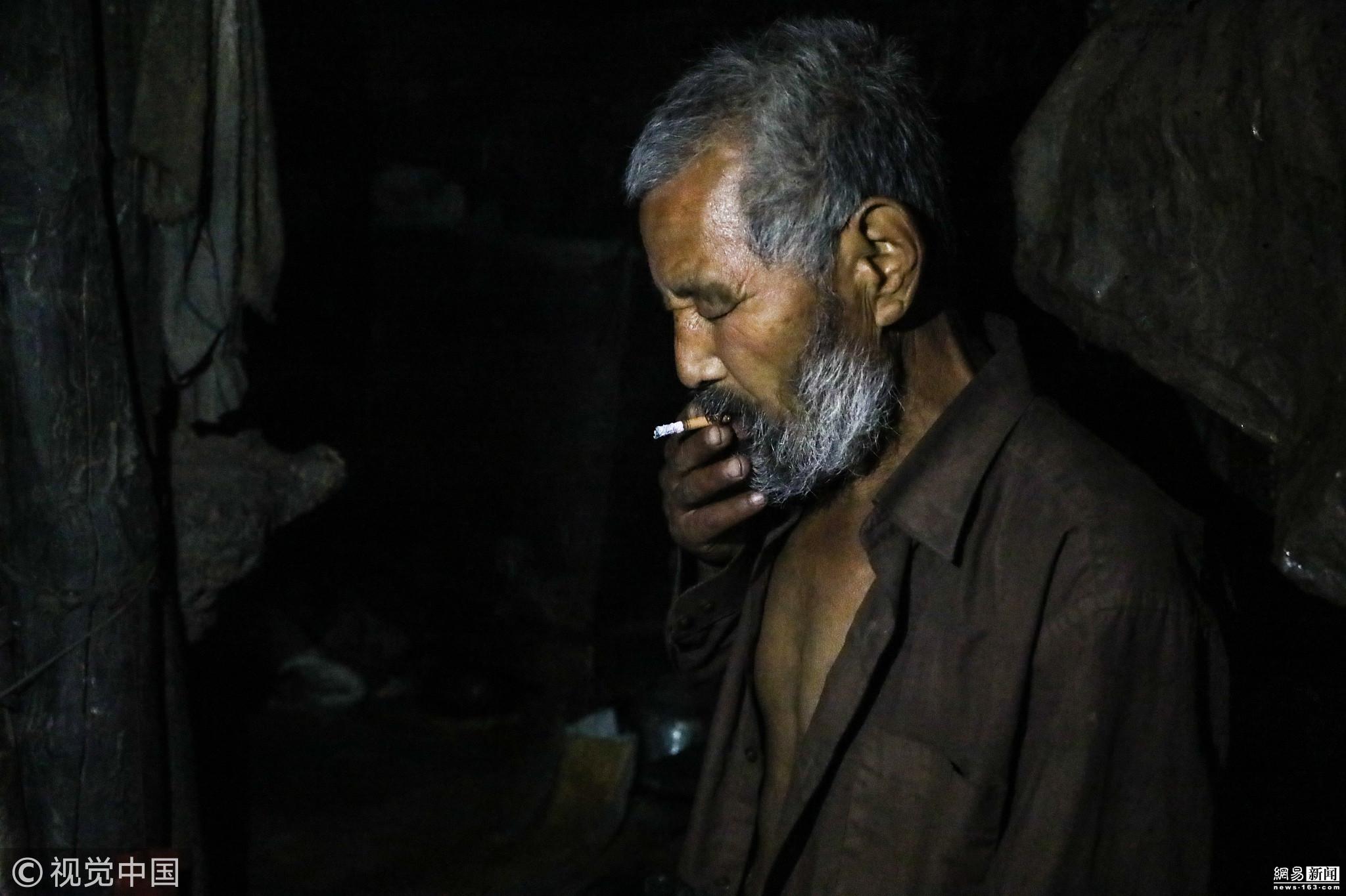 71岁山洞人光棍一辈子 住黑屋31年拒下山! - 周公乐 - xinhua8848 的博客