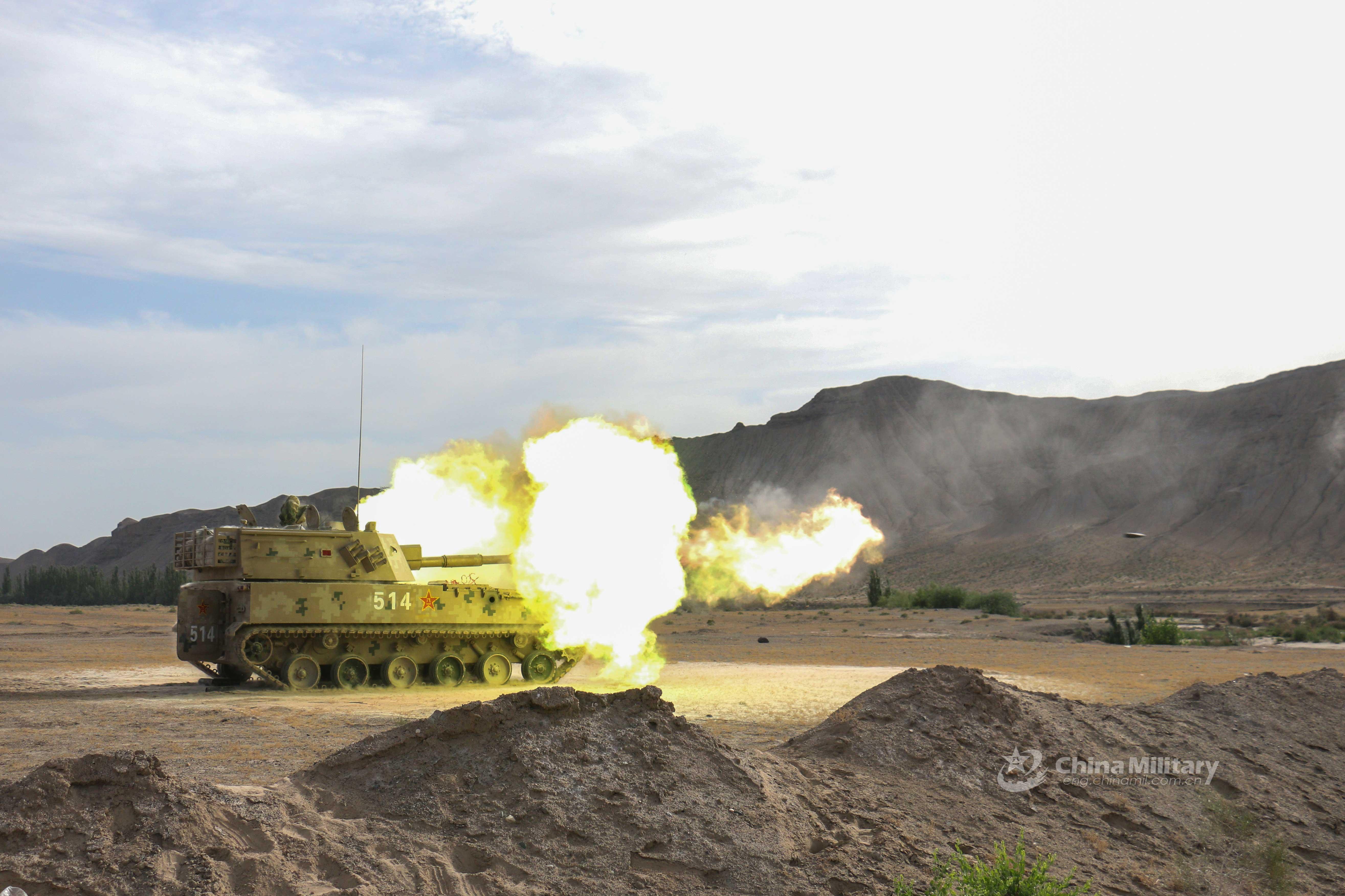 我军122毫米自行火炮天山下秀火力