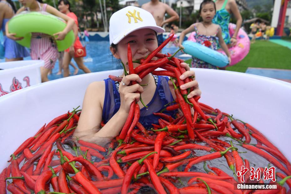 民俗酷暑挑战泡辣椒水,泡5分钟算你赢! - 周公乐 - xinhua8848 的博客