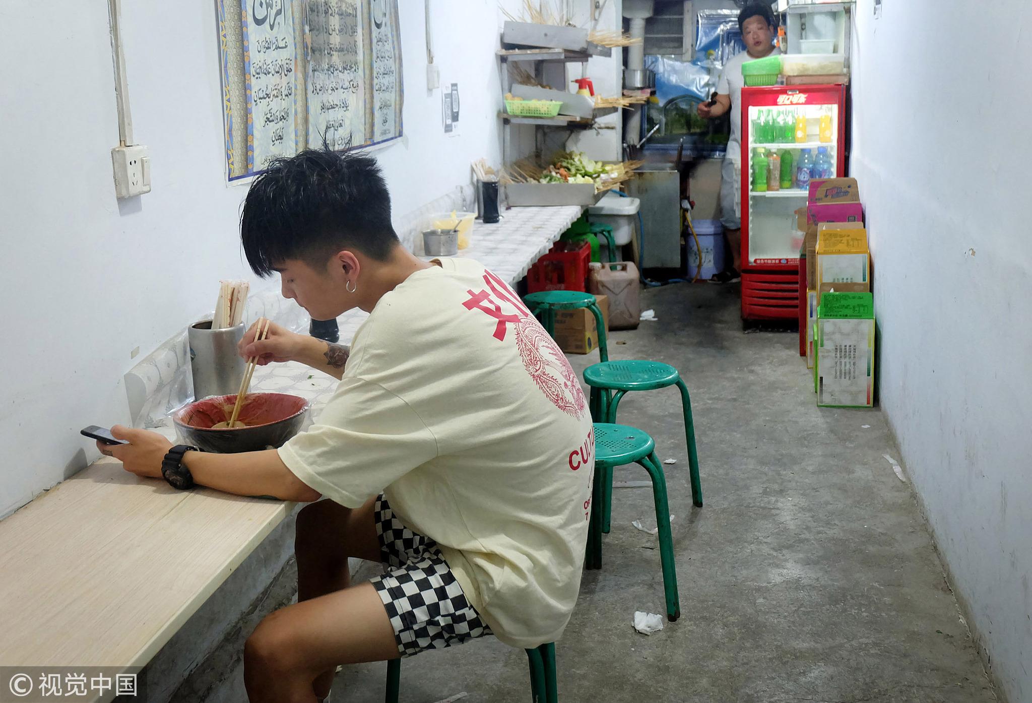 18岁男孩为人梳辫子:3年买房 每月给父母5千! - 周公乐 - xinhua8848 的博客