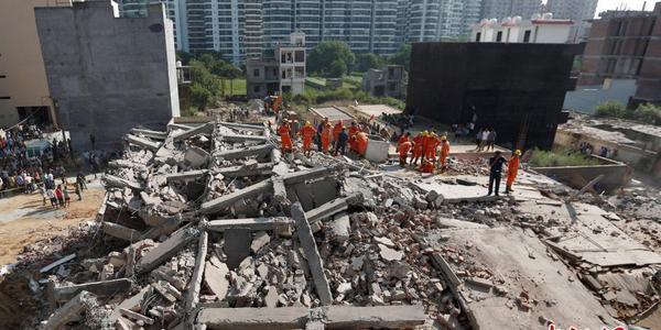 印度两栋楼房倒塌 至少5人死亡50多人被埋