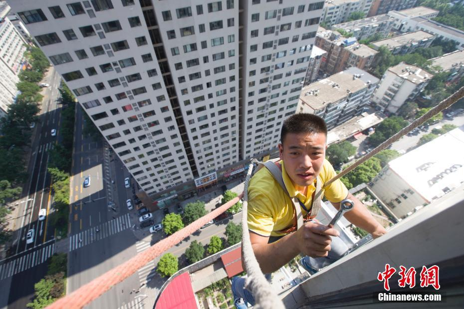 高温下的空调安装员! - 周公乐 - xinhua8848 的博客