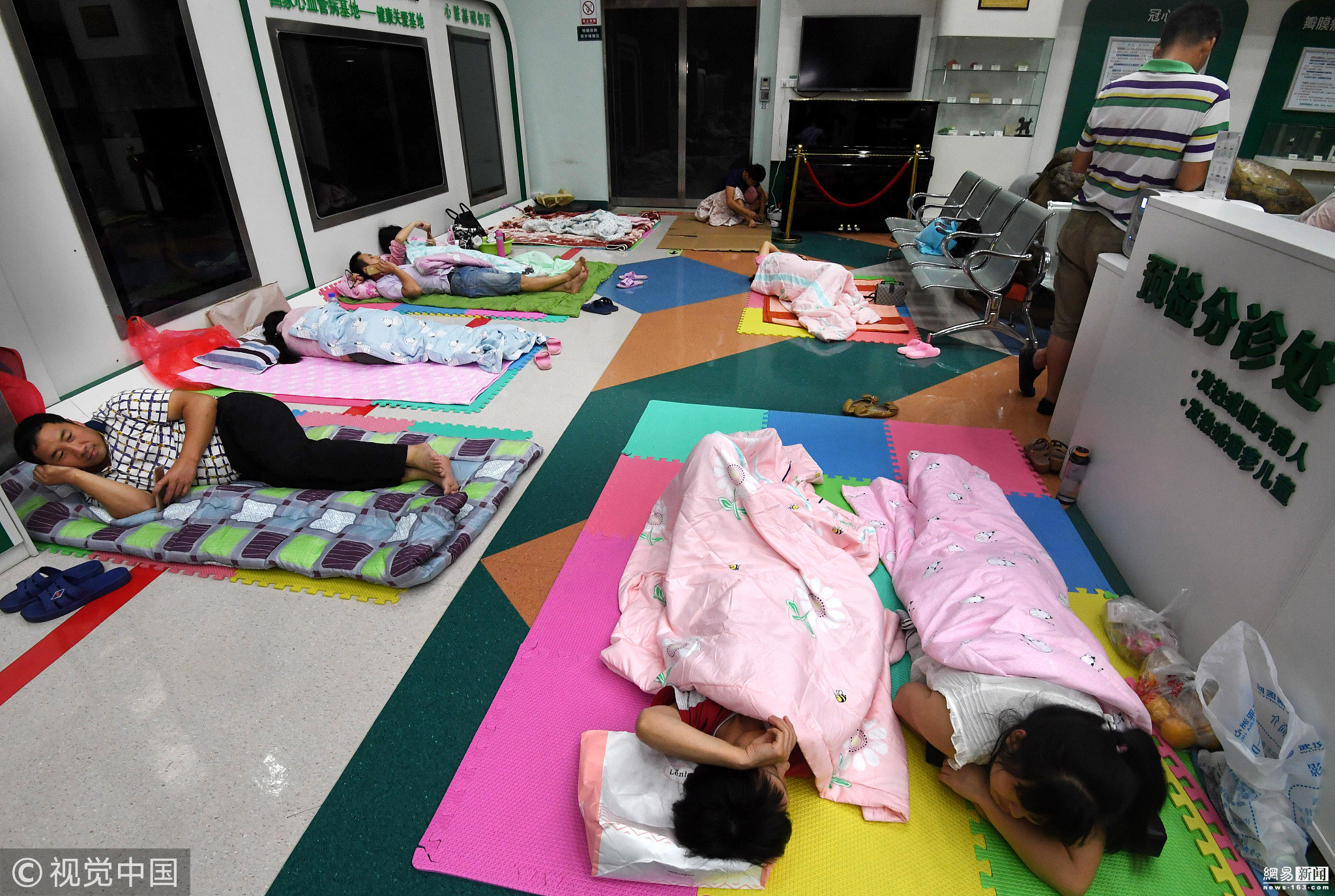 医院开放门诊大厅 患者家属打地铺 ! - 周公乐 - xinhua8848 的博客