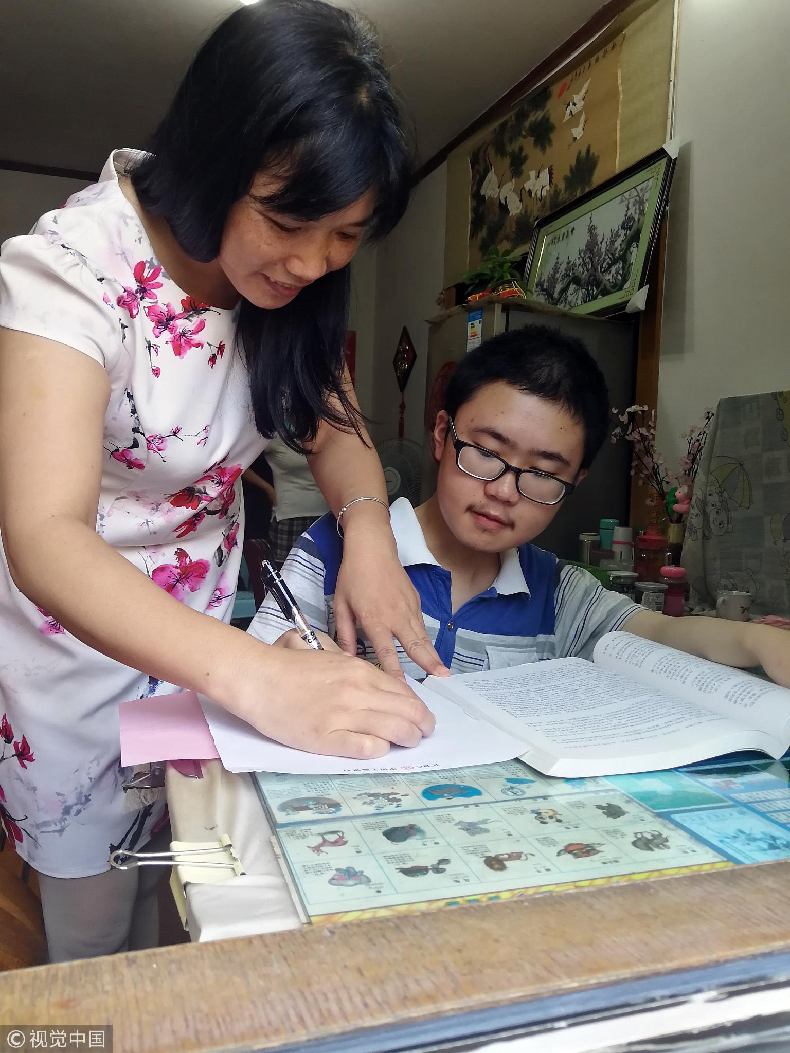 母亲背肌无力儿子上学16年 儿子考上名校! - 周公乐 - xinhua8848 的博客