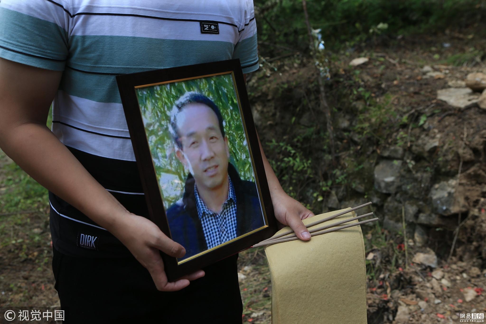 男子父母双亡考上大学 在父亲坟前落泪 ! - 周公乐 - xinhua8848 的博客