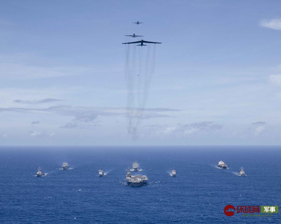 美国海军西太秀武力 轰炸机飞掠航母战斗群
