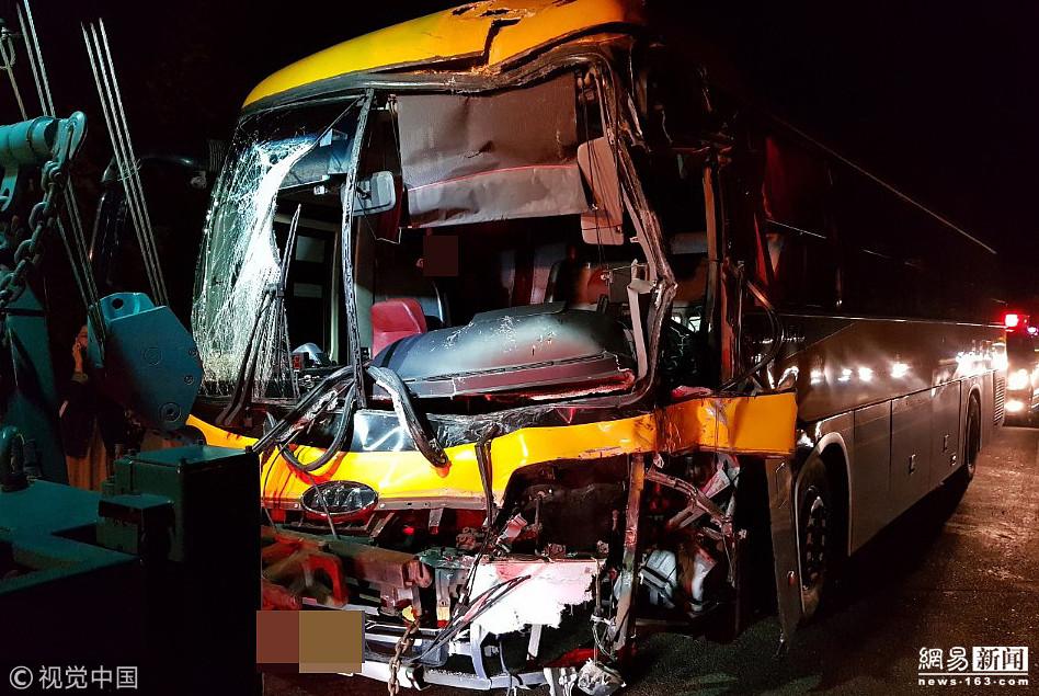 韩国高速公路发生三辆巴士连环追尾事故