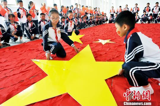 小学生用千条红领巾拼69平米国旗迎国庆! - 周公乐 - xinhua8848 的博客
