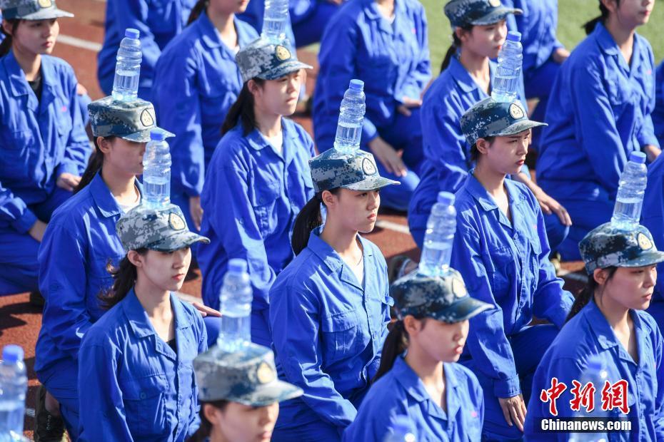 长沙一高校女生集体头顶水瓶军训! - 周公乐 - xinhua8848 的博客