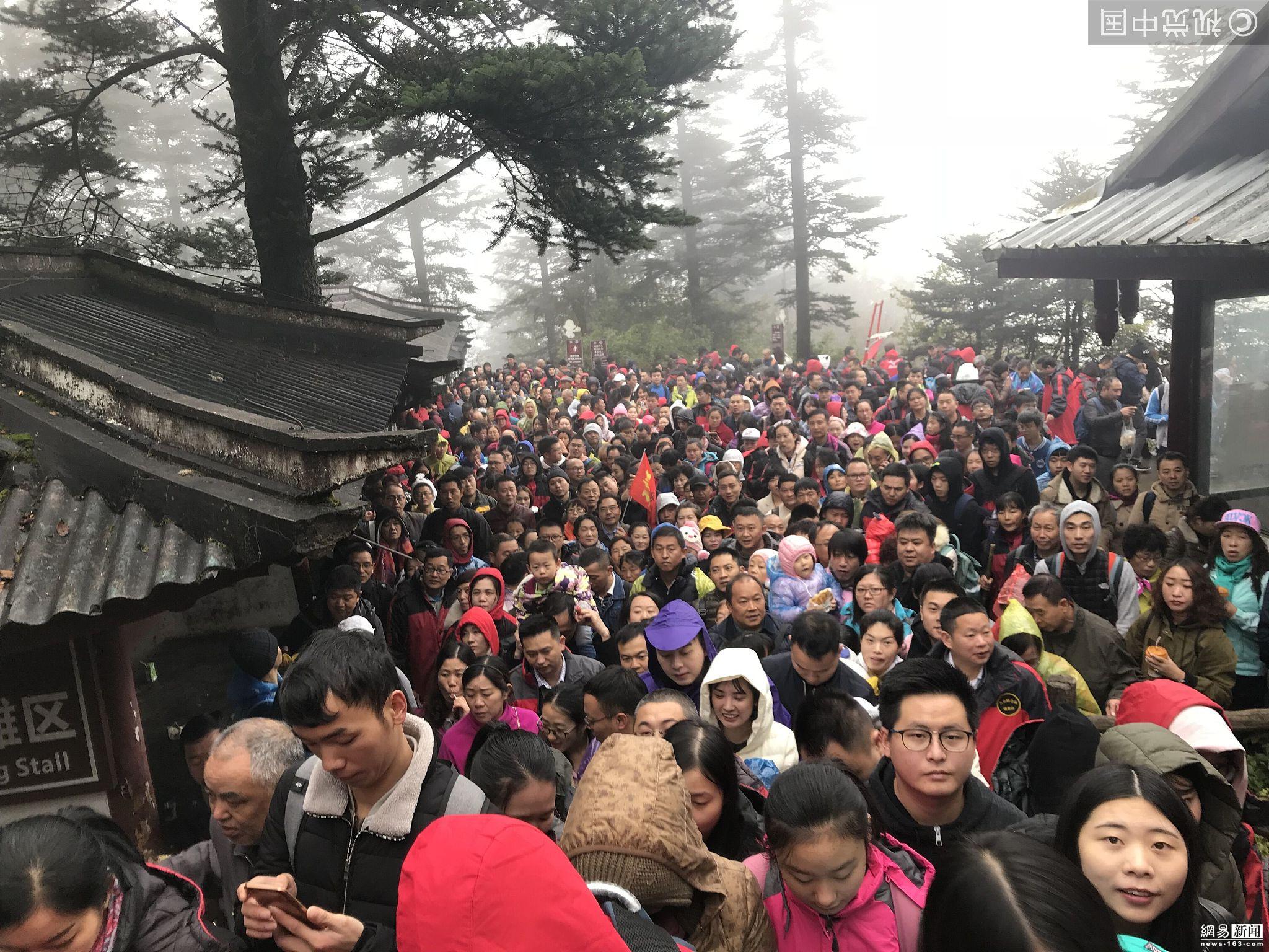 峨眉山人山人海:有人带婴儿排队 有人坐轿子! - 周公乐 - xinhua8848 的博客