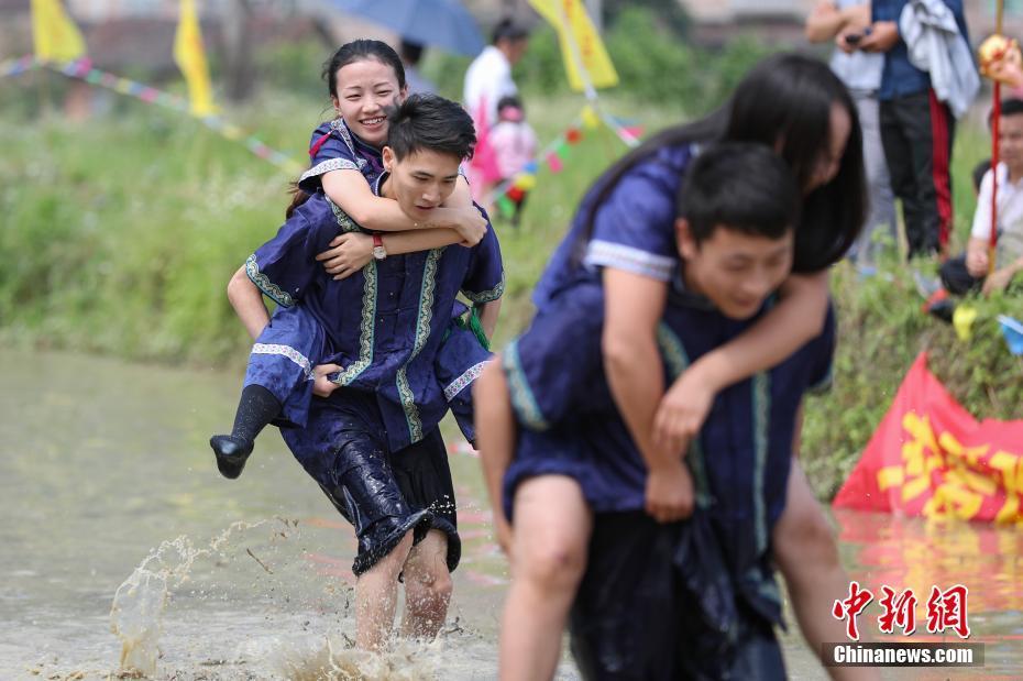 贵州举行水田背情人比赛! - 周公乐 - xinhua8848 的博客