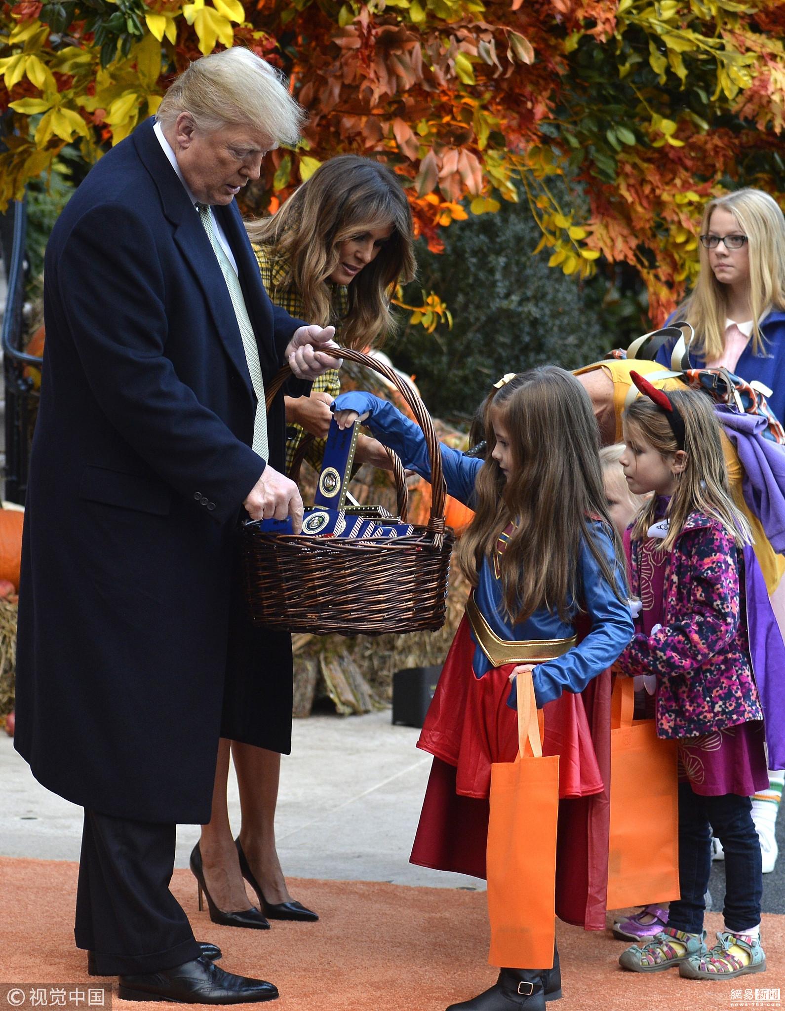 特朗普的万圣节:拿蛇杖与夫人给萌娃发糖