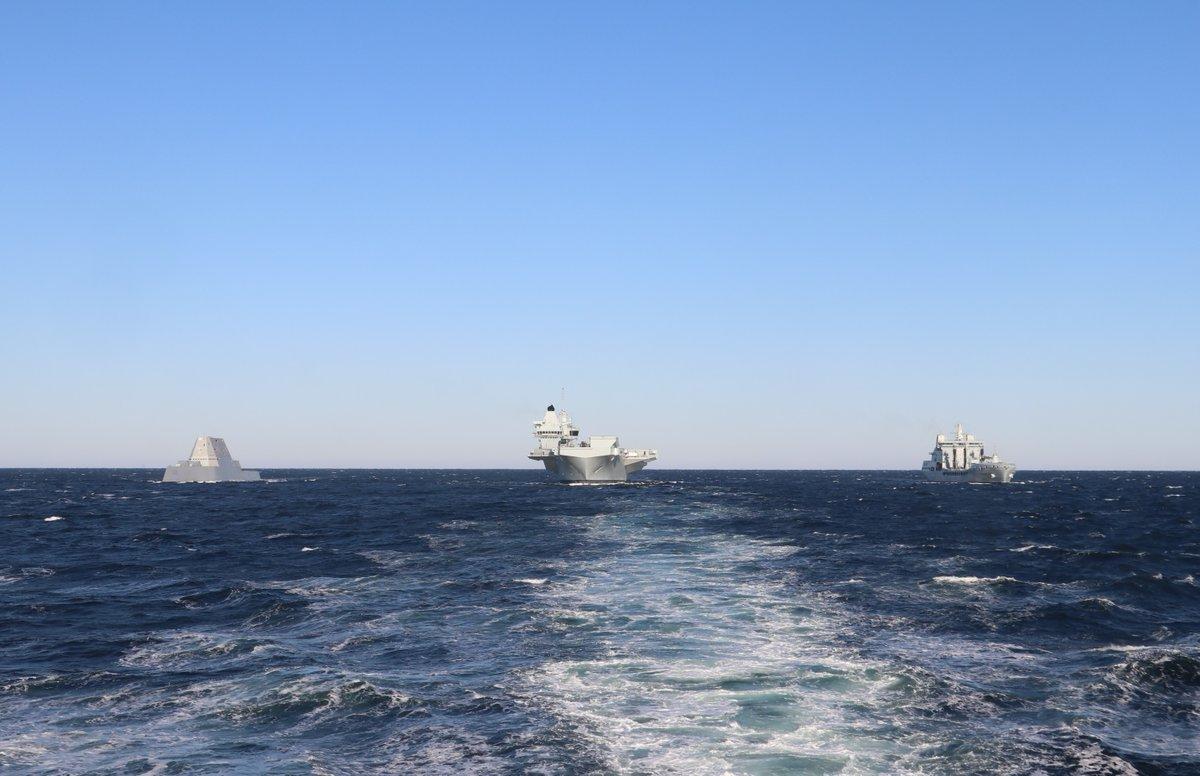 女王号航母与美驱逐舰并肩航行