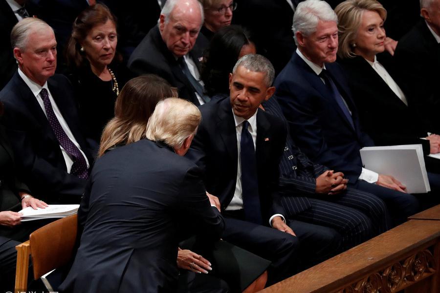 老布什国葬小插曲:小布什给米歇尔