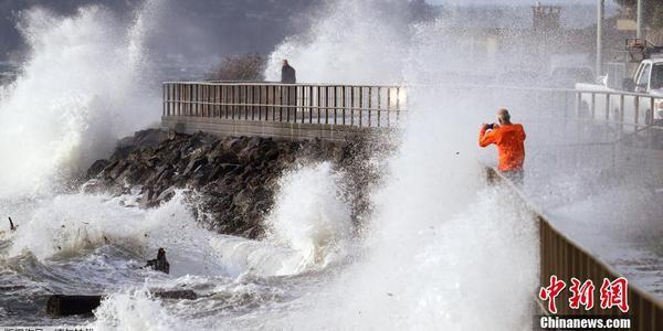 大风袭击美国西雅图地区 沿海地区大浪滔天