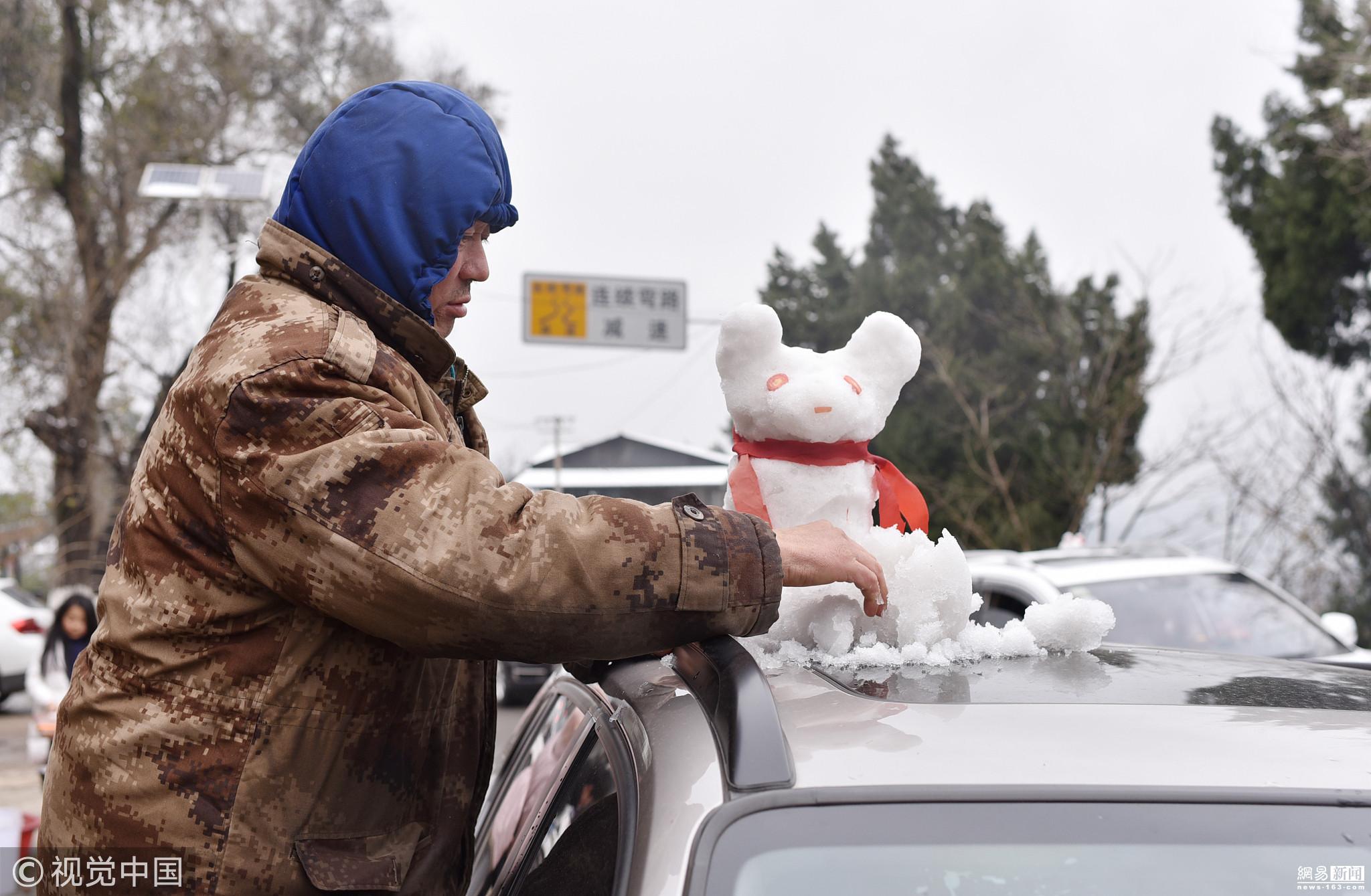 成都迎来几年来少见的大范围降雪天气,在龙泉山一带的村民上演雪娃娃经济,让他们副业有成。村民将雪做成人、狗、猪等造型,价格从20元起,最高有卖50元一个,有人两天因此收入上千元。雪娃娃非常受欢迎,市民争相购买,成为车辆顶部的标配。