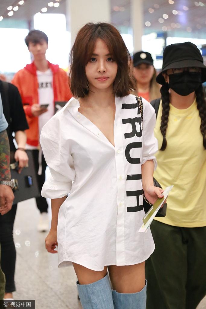 蔡依林穿白衬衫现身机场 大秀性感事业线