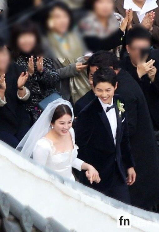 10月31日,宋仲基宋慧乔举行婚礼,二人步入会场高清图公开