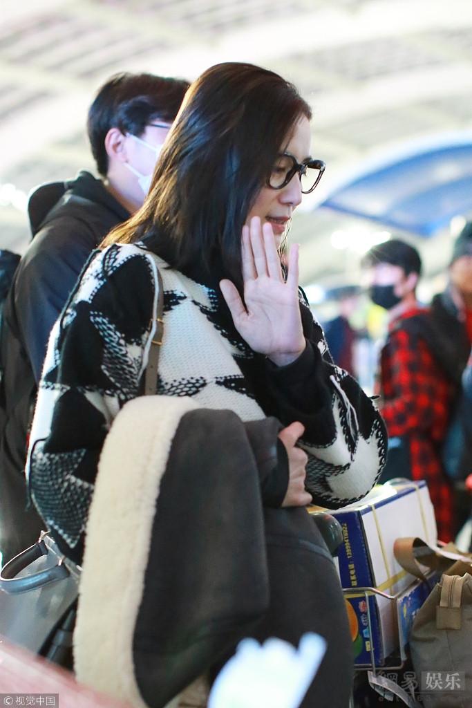 头条 娱乐 返回首页         2017年11月1日,宋佳素颜现身首都机场