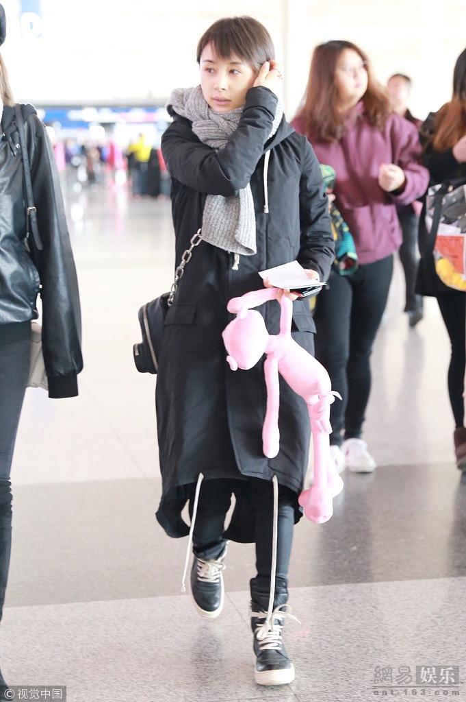 王子文素颜现身机场 手拿玩偶少女感十足