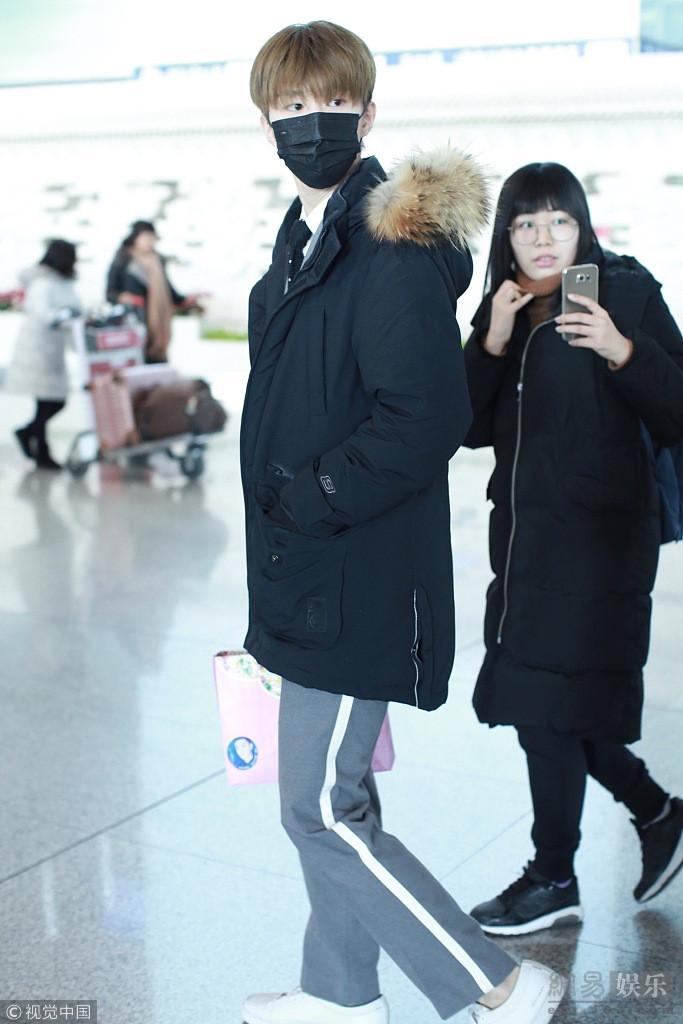 范丞丞穿韩版校服帅袭机场 口罩遮脸人气旺