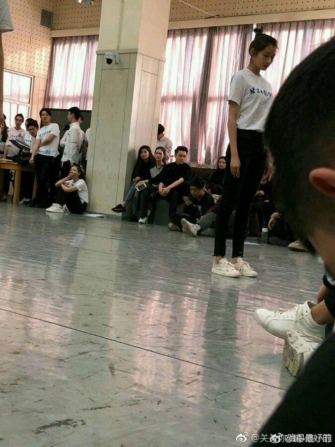 关晓彤参加期末考试 穿校服与老师同学合影