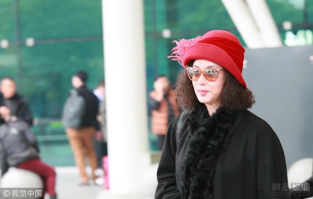 金星头戴红帽现身广州白云机场