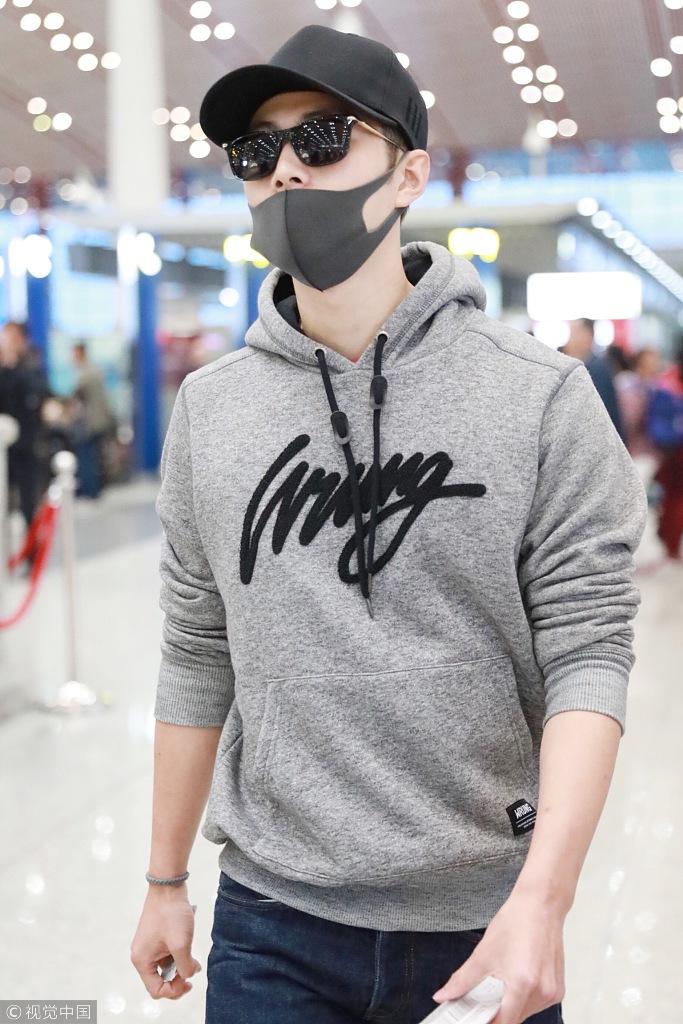 陈学冬黑口罩蒙面现机场 衣袖撸起显随性