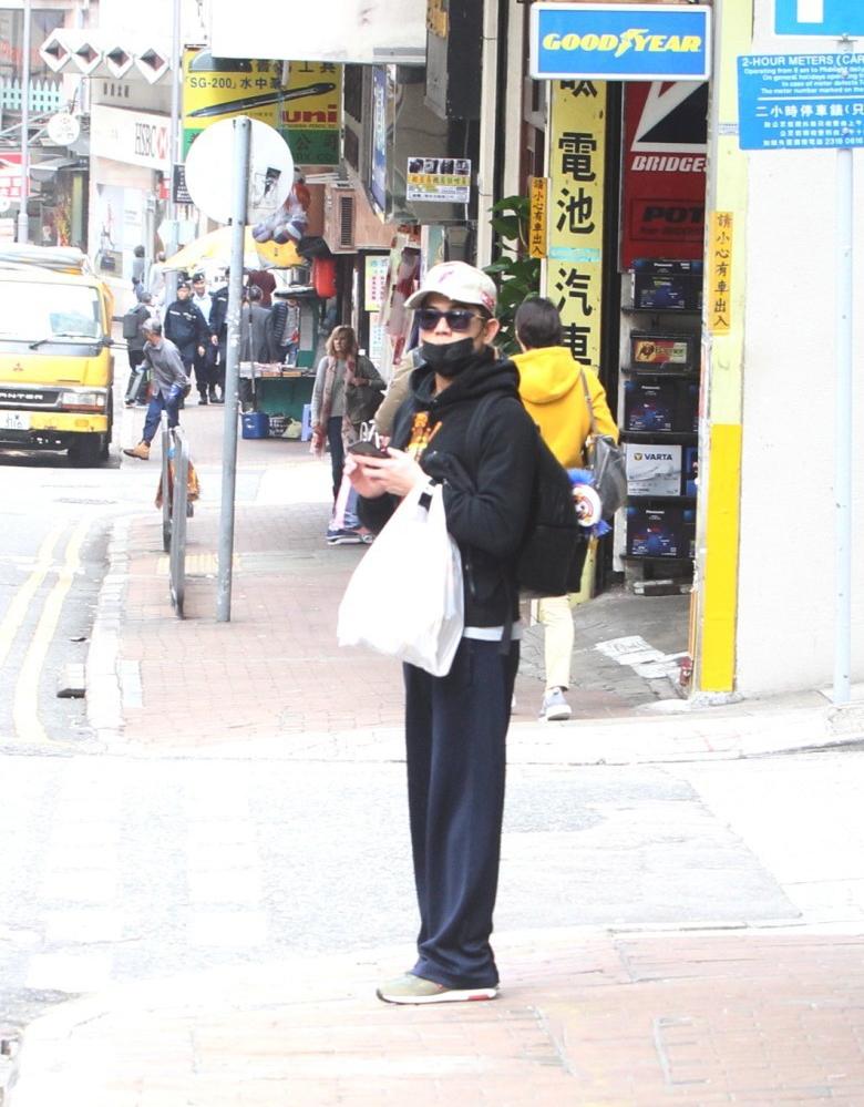 郭富城戴口罩墨镜现身街头 给老婆带外卖被赞