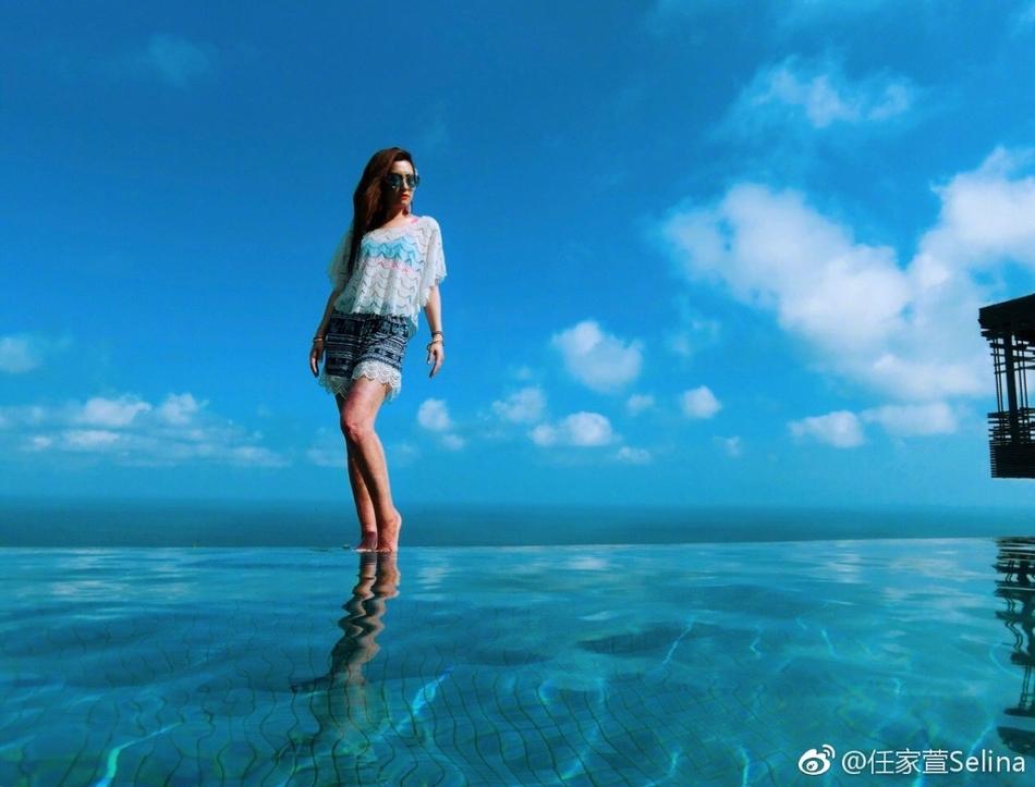 Selina身着蓝色比基尼内衣外搭蕾丝上衣穿短裤秀出美腿