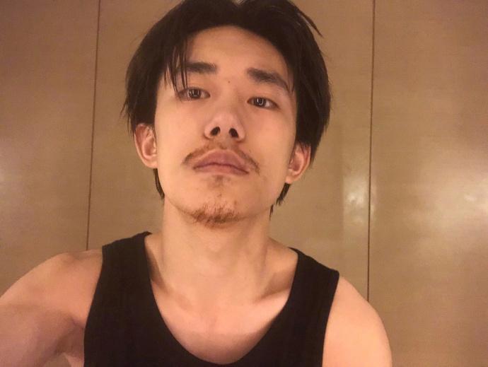 易烊千玺曝光蓄须照  留一个月胡子成熟许多