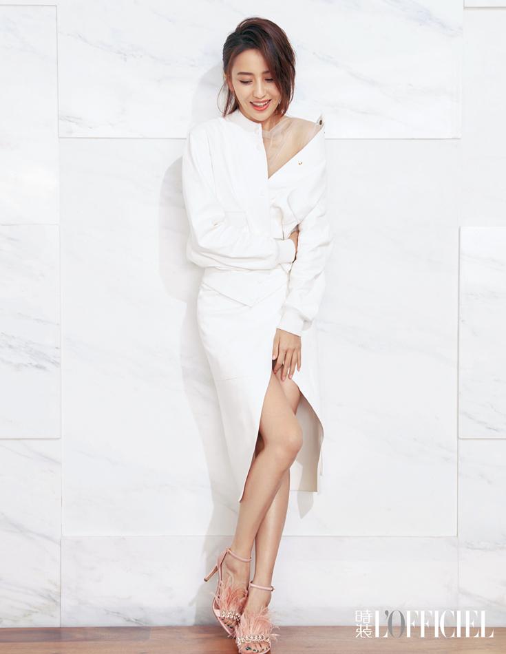 佟丽娅登上时尚杂志封面 尽显知性优雅气质