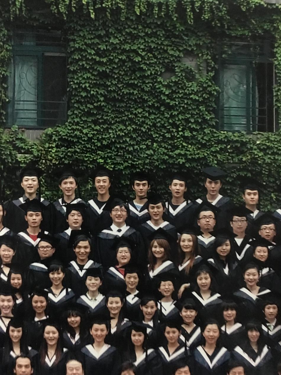 王凯毕业照曝光 站姿端庄、表情严肃