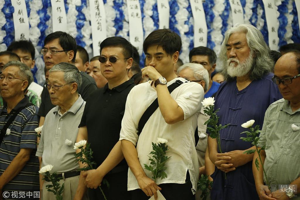 陈龙张纪中现身计春华追悼仪式 众人肃穆沉重[标签:关键词]