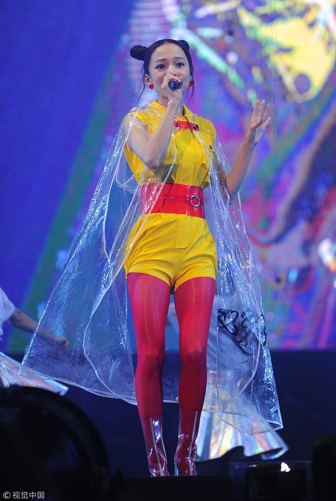 张韶涵穿黄衣红袜子似小哪吒造型奇特图片
