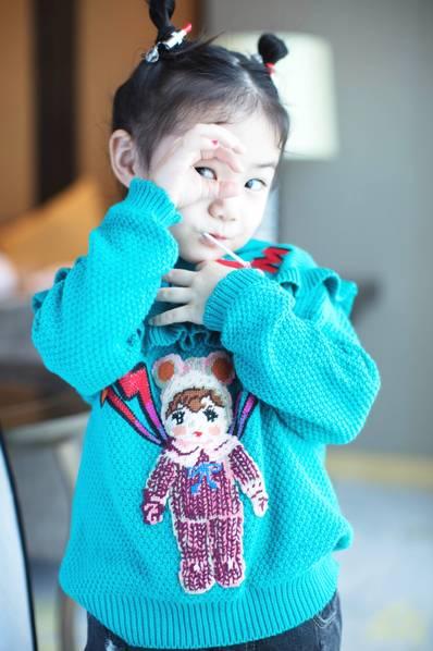 李承铉为女儿绑哪吒头 lucky表情丰富超可爱