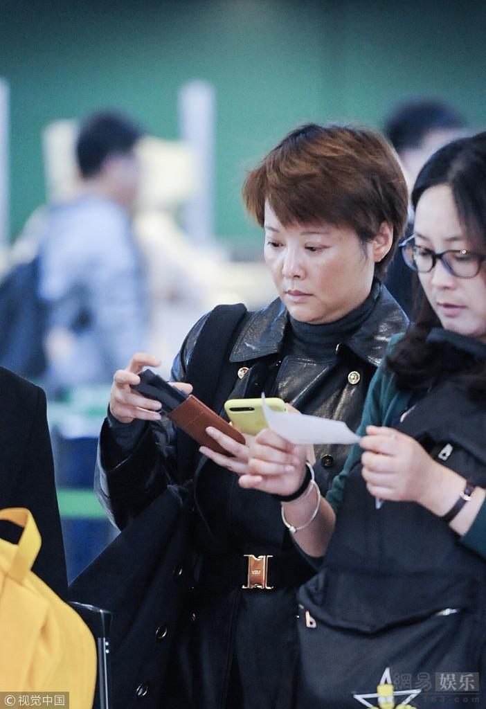 2018年10月30日,上海,袁立现身上海虹桥机场,她素颜亮相暴露双