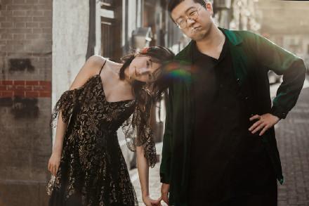 李诞晒和女友黑尾酱合体拍写真 画面超甜