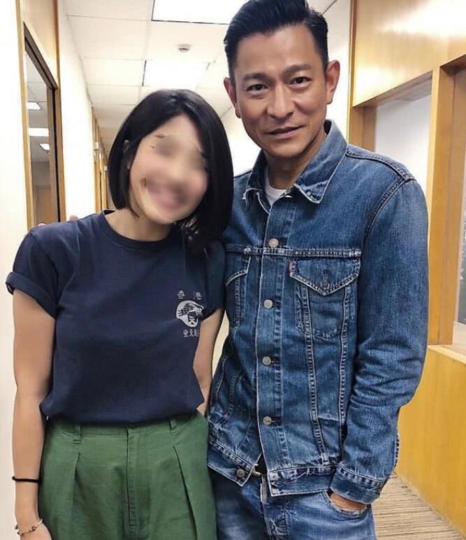 刘德华被女粉丝搂腰合影 57岁华仔依然帅气(组图)