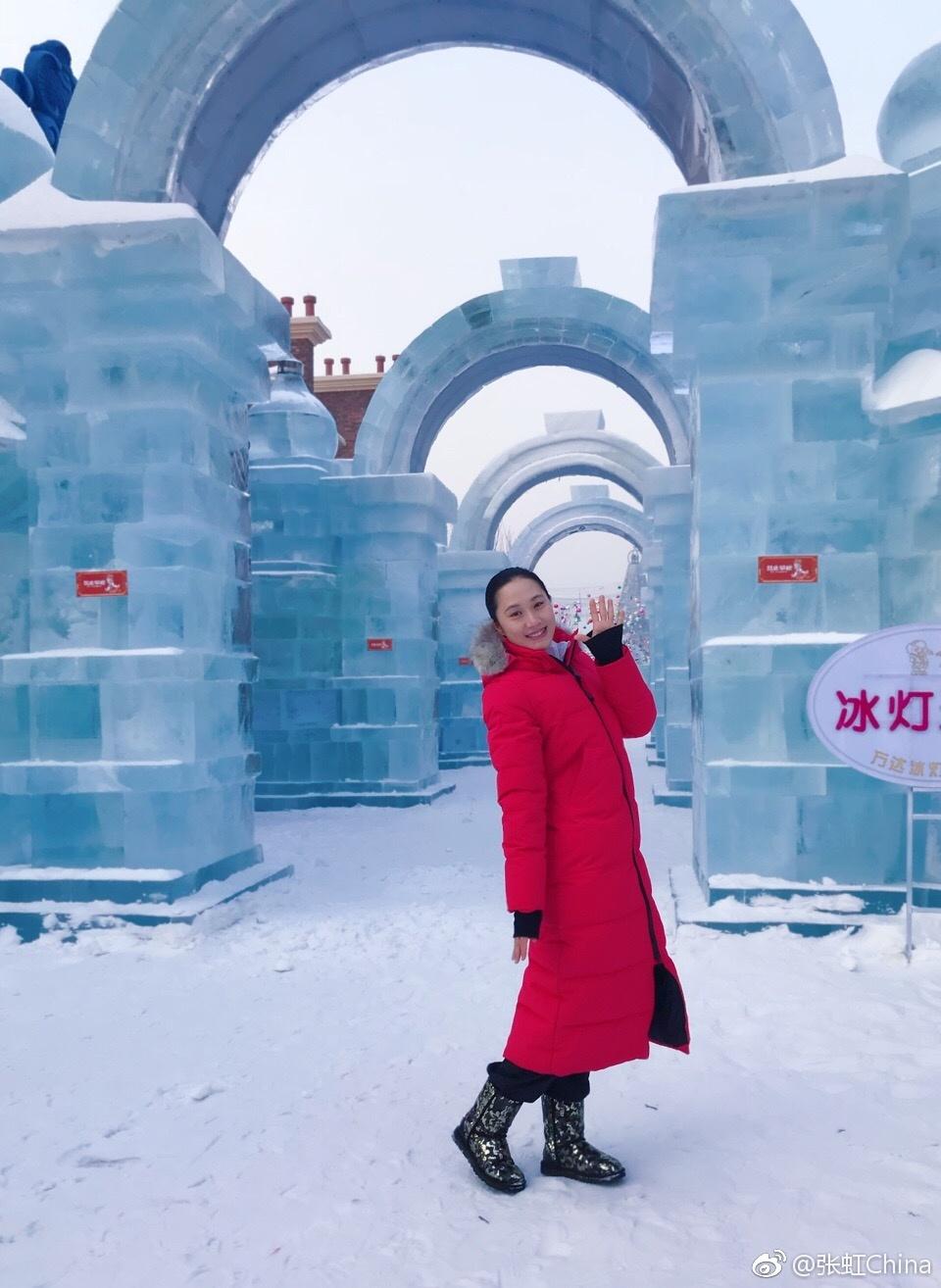 张虹变身冰雪精灵 游童话世界展甜美笑容