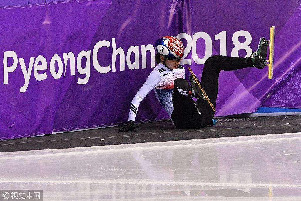 韩国短道摔倒乱作一团 队员跪地不起特郁闷