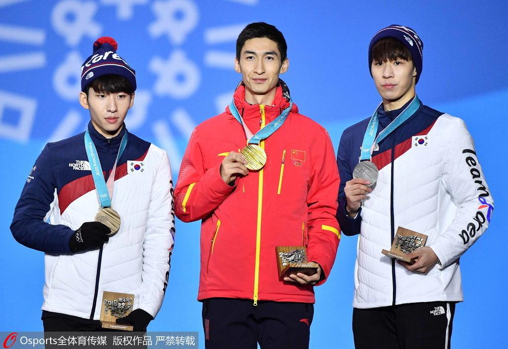 颁奖仪式武大靖戴上金牌 五小伙跳上领奖台