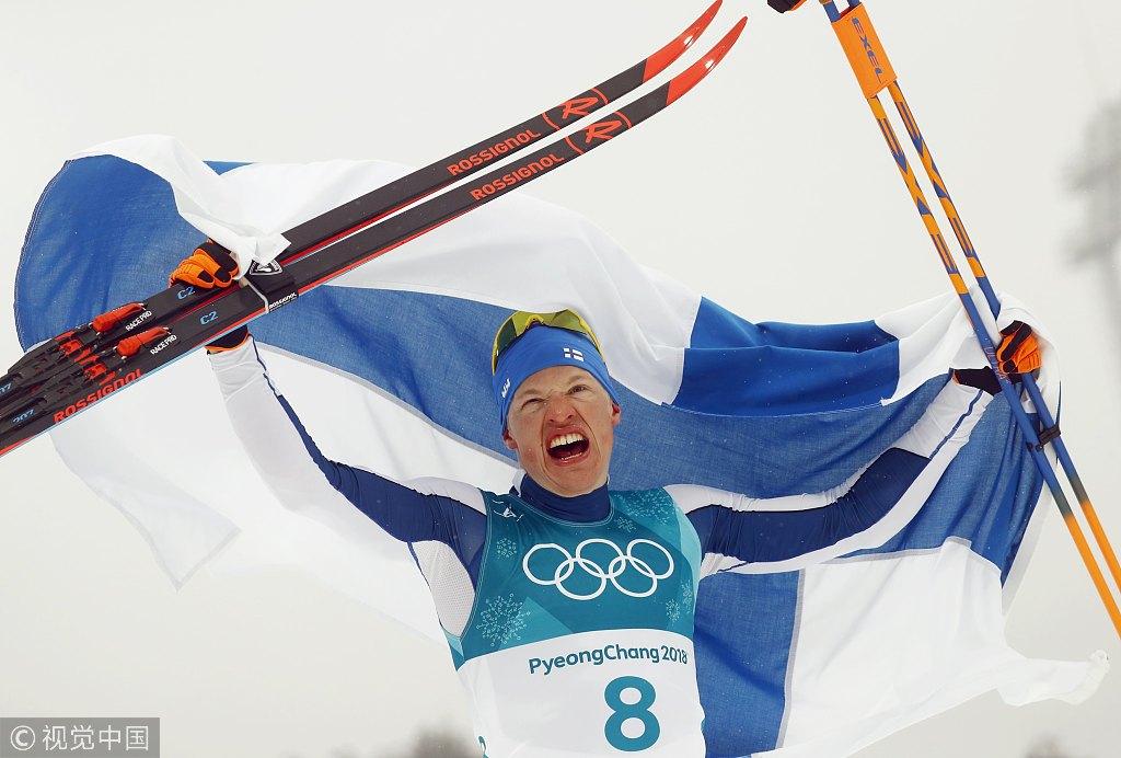 雪上马拉松芬兰夺冠 一跃领奖台飞吻观众