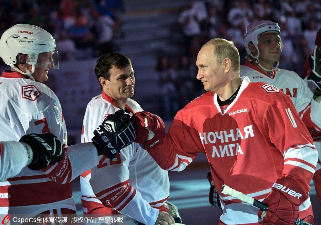 普京现身冰球赛独中五元 挥杆尽显总统霸气