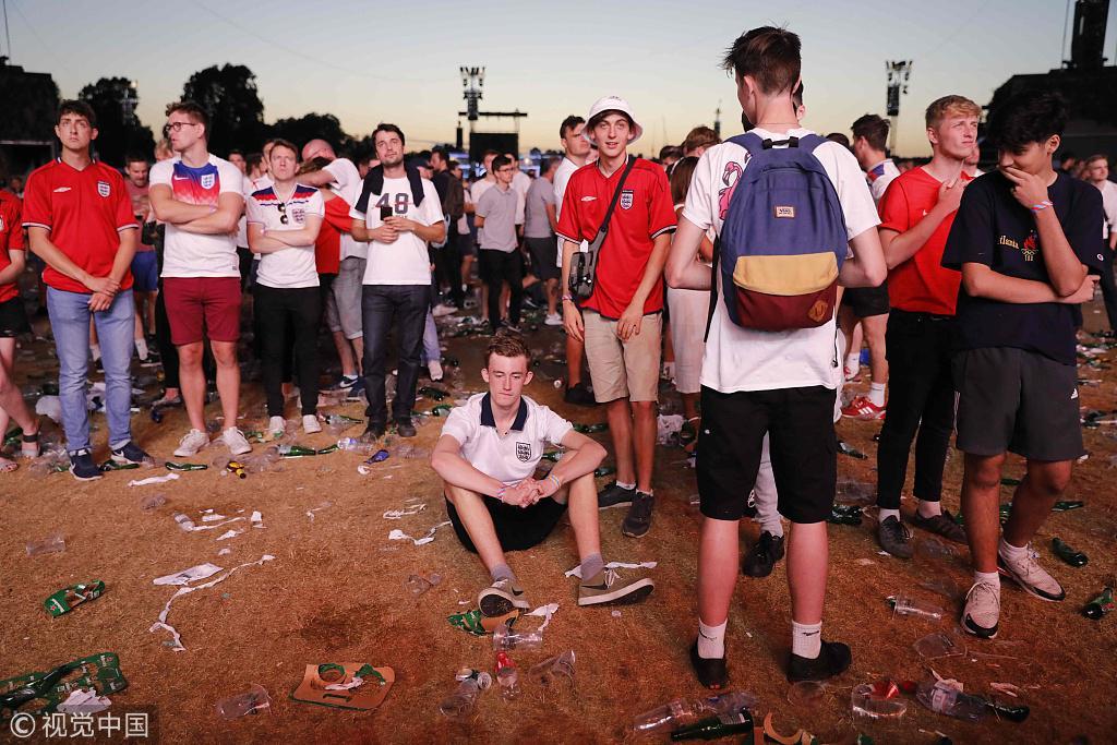 78011球迷竟是敷衍 30000英球迷PK克国几千人 有人翘班有人坐直升机看球