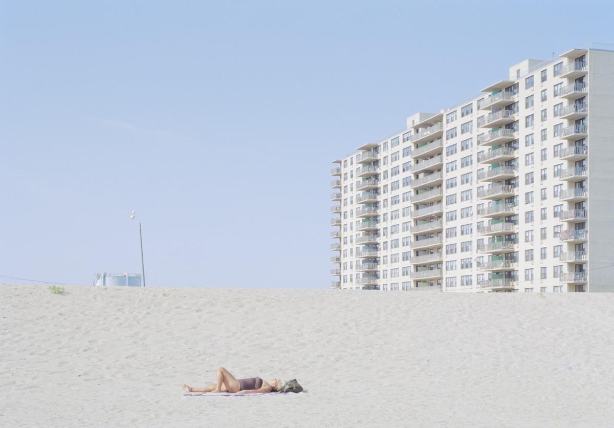 人们在海滩晒日光浴 但是海在哪里?