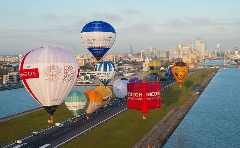 花样!伦敦机场周年庆放飞27只热气球