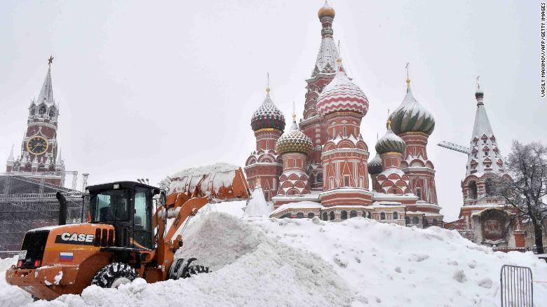 """俄罗斯莫斯科降下""""世纪大雪"""" 压倒200棵树"""